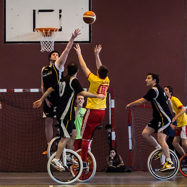 Un match de basket à monocycle